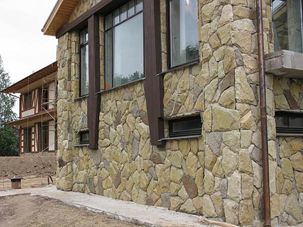 fasad-iz-naturalnogo-kamnya