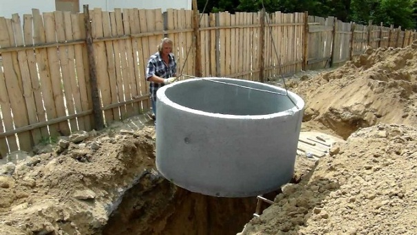 kanalizatsiya-iz-betonnyih-kolets-osobennosti