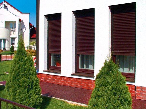 zashhitnyie-roletyi-na-okna