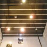 Отделка потолка в туалете
